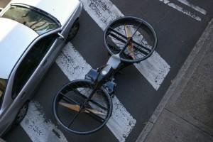 Prototyp des ersten Hoverbikes im Vergleich zu einem Auto