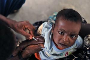 Afrikanisches Kind bei einer Impfung