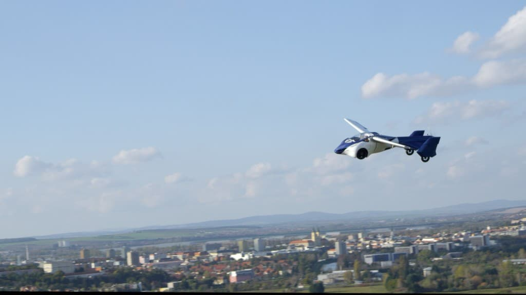 Testflug des AeroMobil 3.0 über einer Stadt