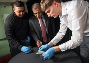 Prof. Bharat Bhushan, Philip Brown und Dave Maharaj bei der Vorführung des Materials