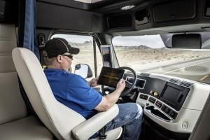 Der Fahrerplatz des Freightliner Inspiration Trucks