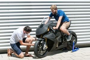 Christian Sander (links) und Lukas Wheldon mit dem Prototyp des Elektro- Motorrads T0RR (Copyright: Uli Benz/ TU München)