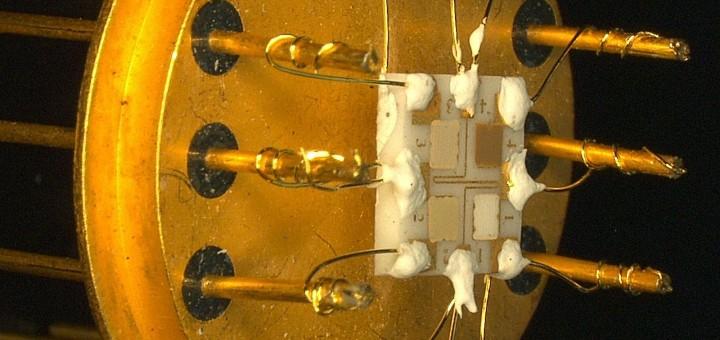 Der Sensor besteht aus vier Feldern mit unterschiedlichen Metalloxiden. Sie ändern ihren temperaturabhängigen elektrischen Widerstand bei Kontakt mit Gasen. (Bild: KIT/HsKA)