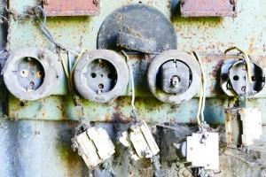 Alte Steckdosen an der Wand, häufig sind auch modernere Auslöser von Schmorbränden im Haus.