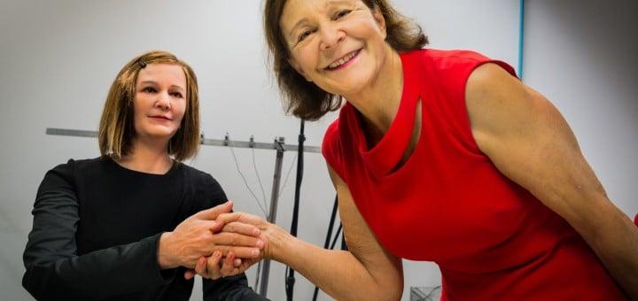 Prof. Nadia Thalmann schütteltet dem sozialen Roboter Nadine die Hand (Foto: NTU Singapore)