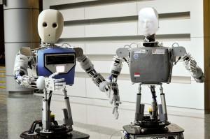 Die Social-Robots der NTU: EDGAR 1 (rechts) und EDGAR 2 (links) (Foto: NTU Singapore)