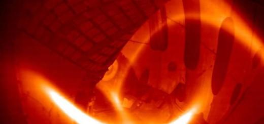 Das erste Wasserstoff-Plasma im Wendelstein 7-X Fusionsreaktor. Es dauerte eine Viertel Sekunde und erreichte – bei moderater Plasmadichte – eine Temperatur von rund 80 Millionen Grad Celsius. (Foto: IPP)