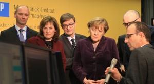 Ein Knopfdruck von Bundeskanzlerin Dr. Angela Merkel startete das erste Wasserstoff-Plasma in Wendelstein 7-X Fusionsreaktor. Am Monitor beobachten das Ergebnis (v.l.n.r.): Prof. Thomas Klinger/IPP, Prof. Sibylle Günter/IPP, Prof. Otmar Wiestler, Präsident der Helmholtz-Gemeinschaft, Bundeskanzlerin Angela Merkel, Ministerpräsident Sellering sowie Dr. Christoph Biedermann/IPP. (Foto: IPP, Norbert Fellechner)