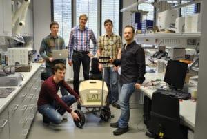 Die Studenten Sergej Fabich (rechts) und Matthias Hoffmann (kniend), Prof. Matthias Nienhaus (Mitte) und seine wissenschaftlichen Mitarbeiter Nico Haser und Robert Schwartz (links). (Foto: Saar-Uni)